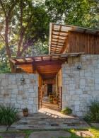 ประตูทางเข้าบ้านและกำแพงทำจากหิน