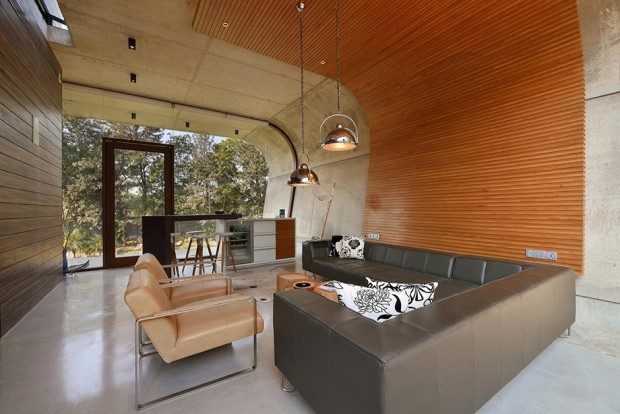 มุมนั่งเล่นในห้องกรุผนังไม้จรดเพดาน