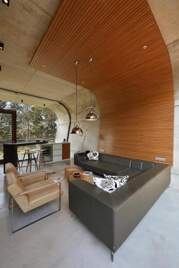 ผนังกรุไม้จากพื้นจรดเพดาน