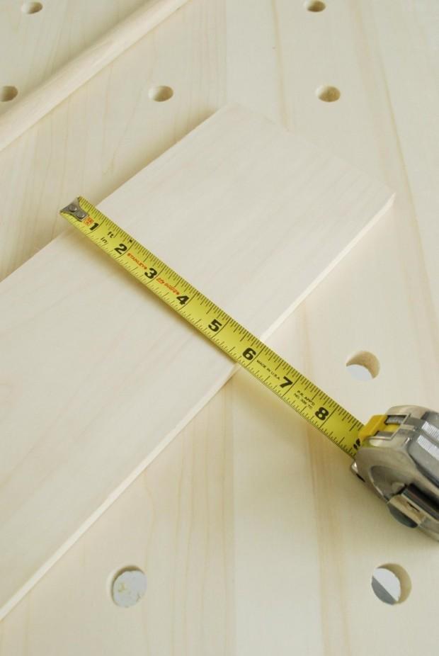 วัดและตัดแผ่นไม้สำหรับทำชั้นวาง