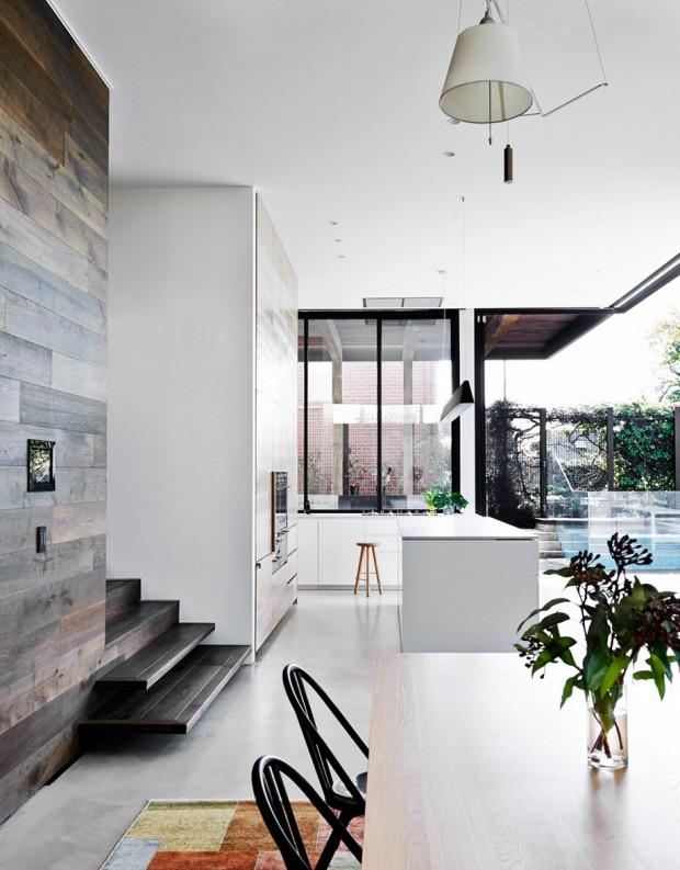 มุมห้องครัวสีขาวตัดกับไม้สีธรรมชาติ