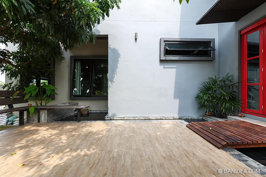 พื้นระเบียงกว้าง ๆ หน้าบ้าน