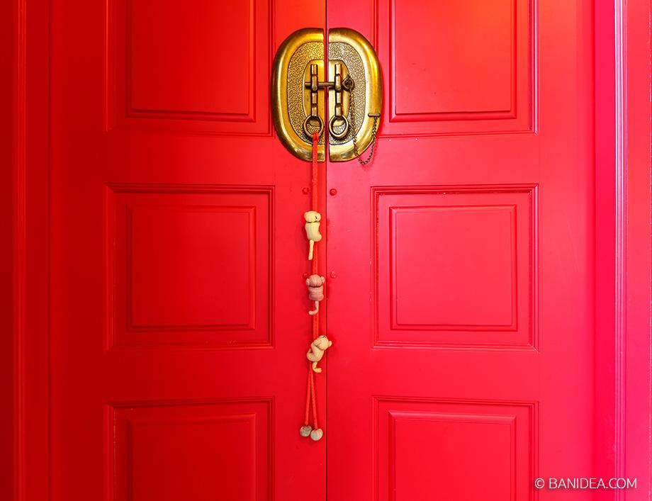 ประตูห้องน้ำ สีแดง