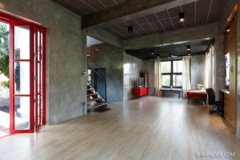 ประตูบ้านสีแดง ภายในโปร่งสบาย