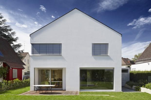 บ้าน Modern หลังคาทรงจั่วสีขาว