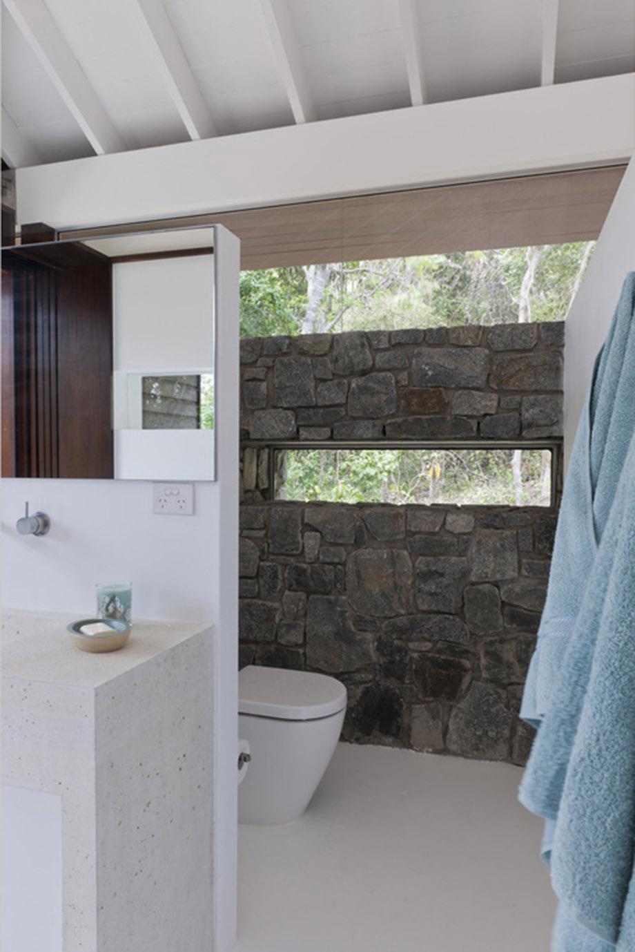 ห้องน้ำผนังหิน
