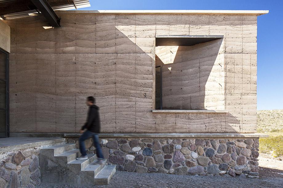 ทางเข้าบ้านโดดเด่นด้วย Texture หินและผนังคอนกรีต
