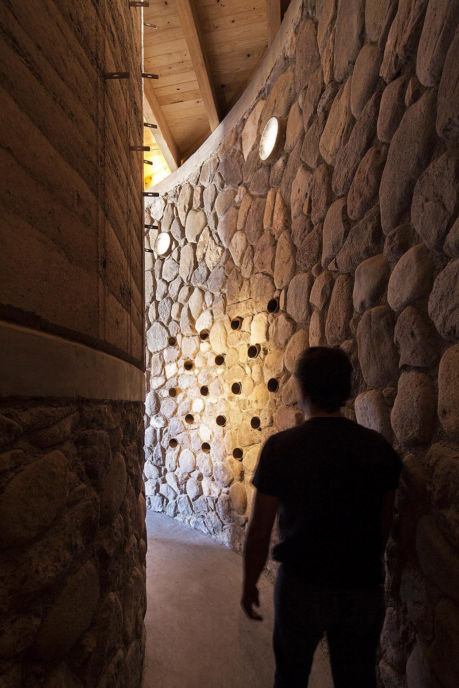 ทางเดินในบ้านตกแต่งเต็มผนังด้วยหิน