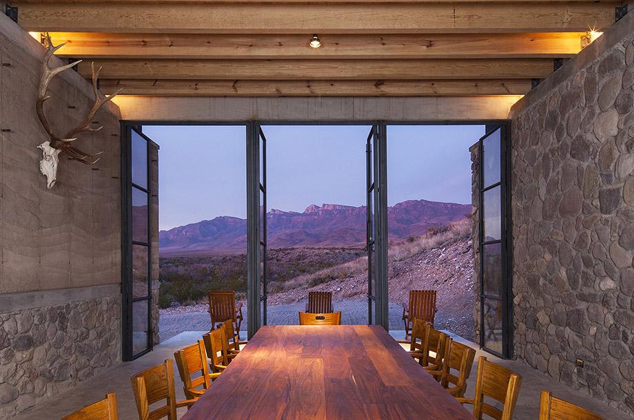 ประตูบานสวิงหน้าบ้านเปิดใหบ้านระบายอากาศ