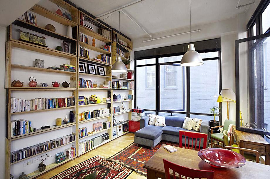 ตู้หนังสือทำจากไม้เต็มผนัง