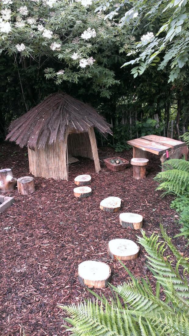 กระท่อมเล็ก ๆ สำหรับเด็กในสวน