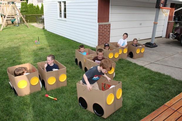 รถกล่องกระดาษให้เด็ก ๆ เล่นสนุกในสวน