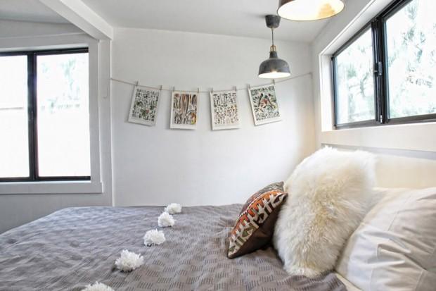 ตกแต่งห้องนอนด้วยหมอนลวดลายกราฟฟิกและหมอนขนสัตว์เทียม