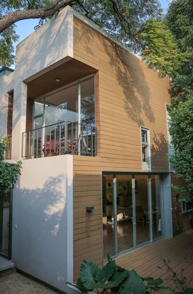 ผนังบ้านตีปิดทับด้วยไม้ให้ความรู้สึกอบอุ่น