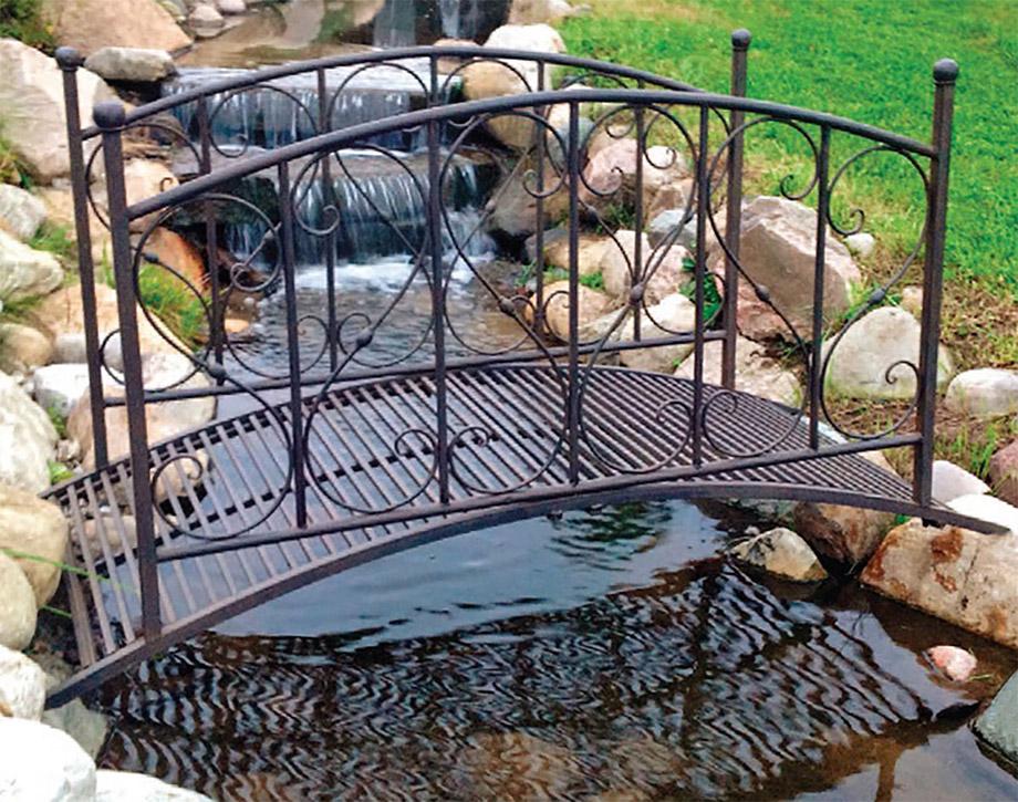 สะพานเหล็กข้ามลำธารในสวน