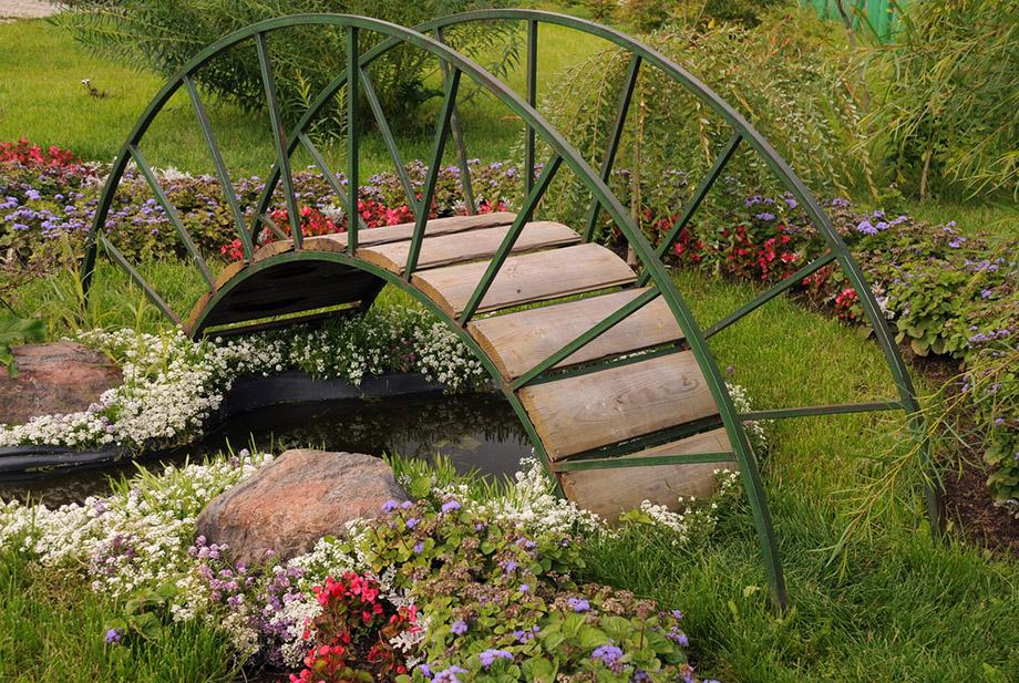 สะพานสไตล์คลาสสิคในสวน