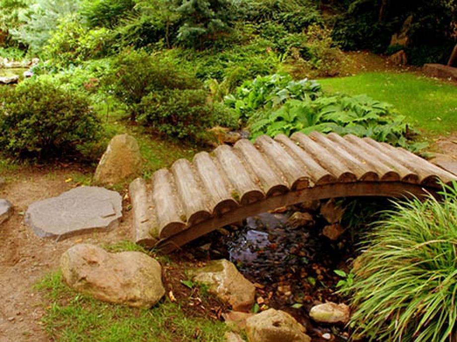 สะพานเล็ก ๆ ทำจากท่อนไม้