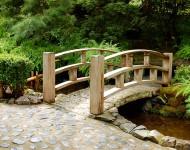 สะพานหินตกแต่งราวไม้
