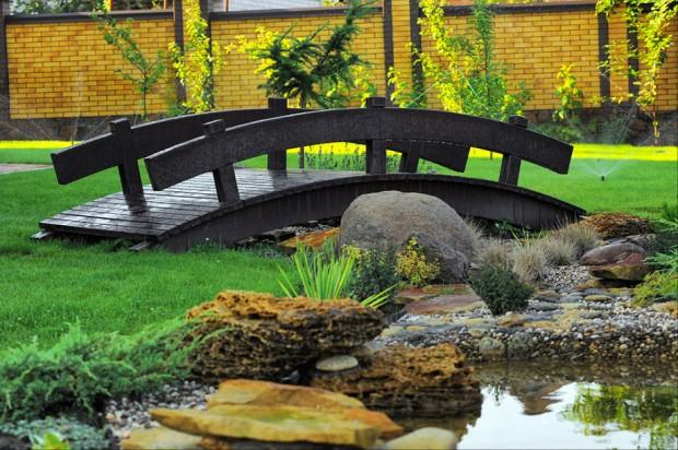 สะพานไม้สีดำในสวน