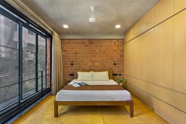 ห้องนอนตกแต่งง่ายๆ ด้วยอิฐธรรมชาติและงานไม้