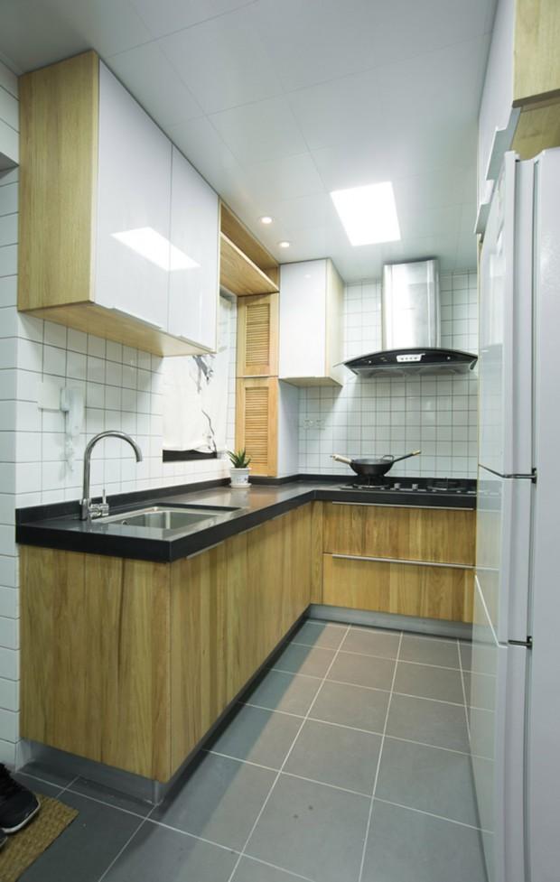 ห้องครัวตกแต่งด้วยไม้และกระเบื้องสีขาว