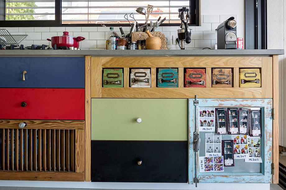 โต๊ะเคาน์เตอร์ครัวและลิ้นชักตู้ทำจากของใช้รีไซเคิล