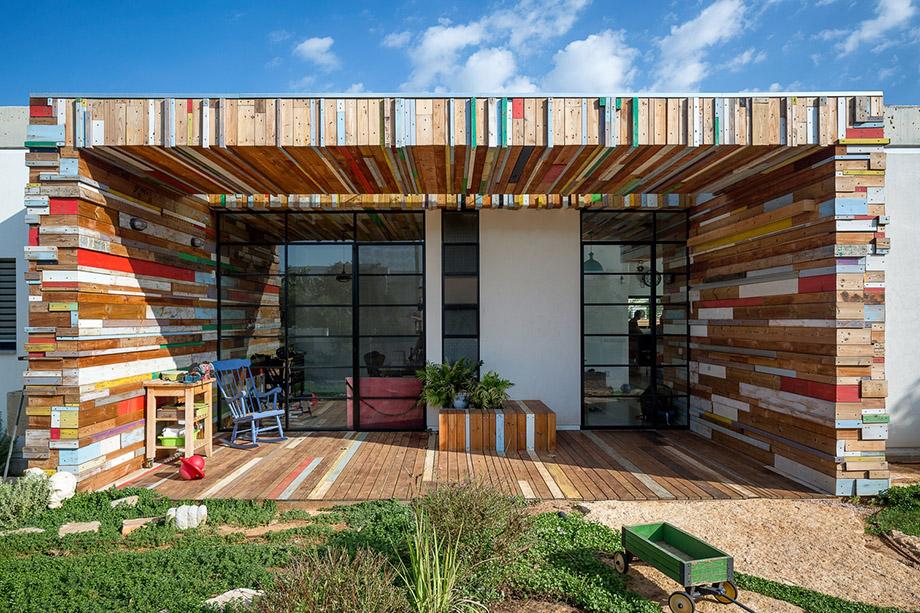 บ้านทรงกล่อง facade ไม้หลากสี