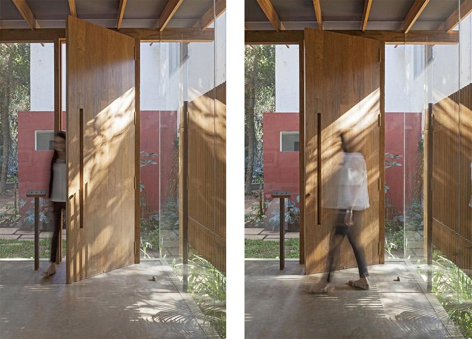 ประตูไม้บนกำแพงกระจก