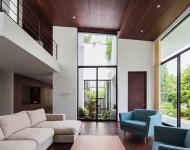 เพดานสูงกรุด้วยไม้สีเข้ม