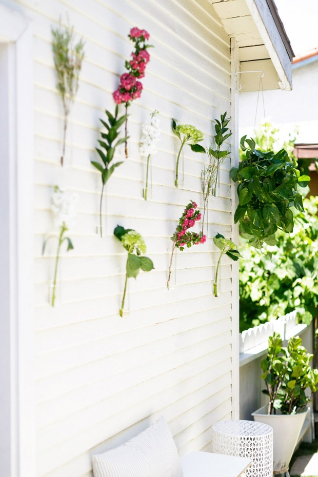 ตกแต่งผนังสีขาวด้วยดอกไม้