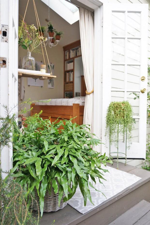 ประตูห้องนอนเปิดรับธรรมชาติ