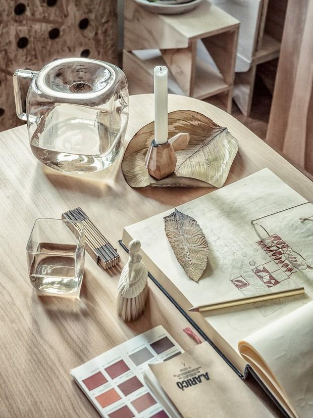 จัดโต๊ะทำงานด้วยขอตกแต่งจากไม้