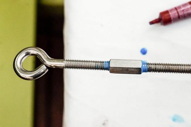 ประกอบเหล็กเกลียวตลอดเข้ากับตะขอแขวน