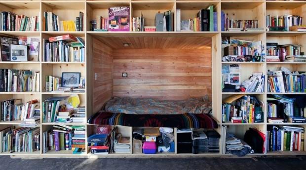 ที่นอนซ่อนอยู่ระหว่างชั้นหนังสือ