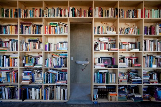 ห้องน้ำอยู่หลังชั้นหนังสือ