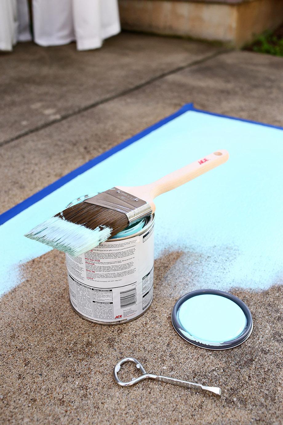 ทาสีพื้นสีฟ้า