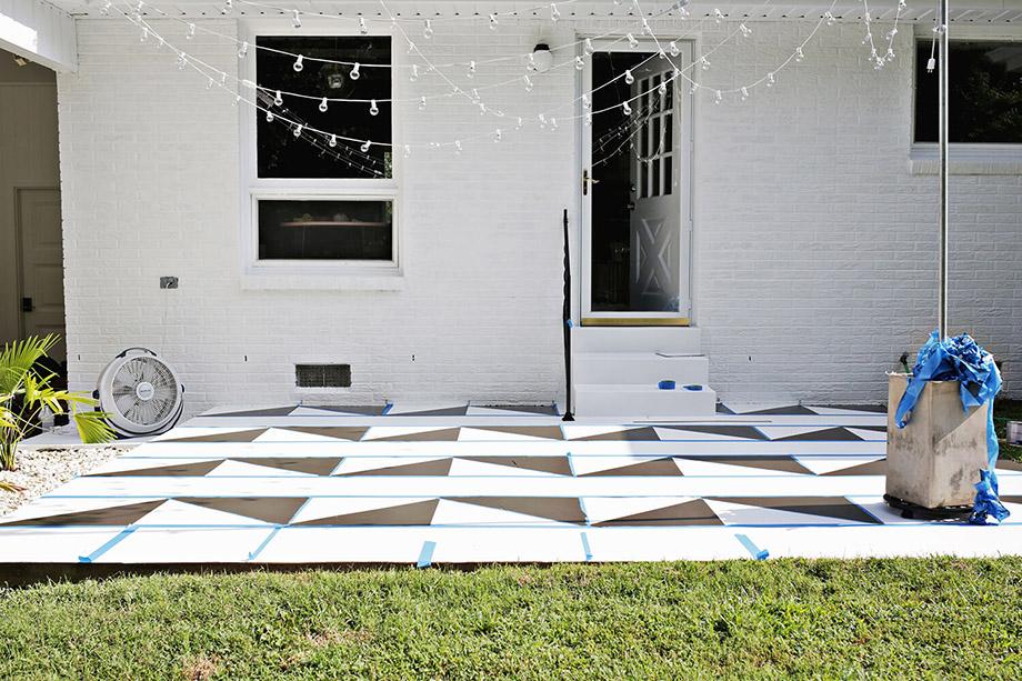 ทาสีสลับช่องขาว-ดำจนเต็มพื้นที่