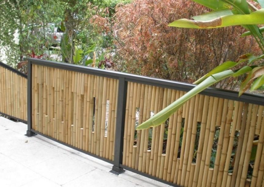 รั้วกั้นบริเวณระเบียงทำจากไม้ไผ่