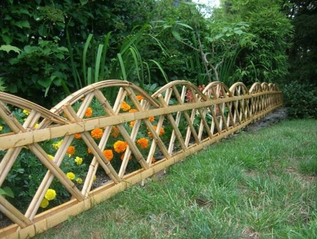 รั้วในสวนทำจากไม้ไผ่