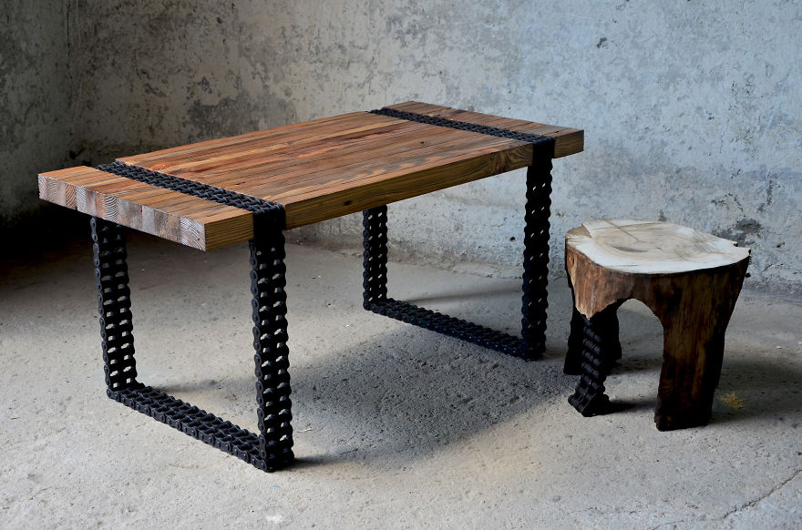 โต๊ะกาแฟจากไม้และโซ่เก่า