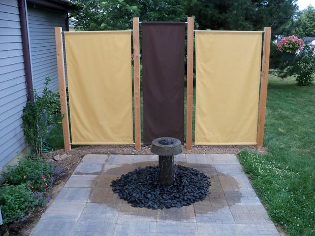 ฉากกั้นพื้นที่สวนกับบ้านทำจากผ้า