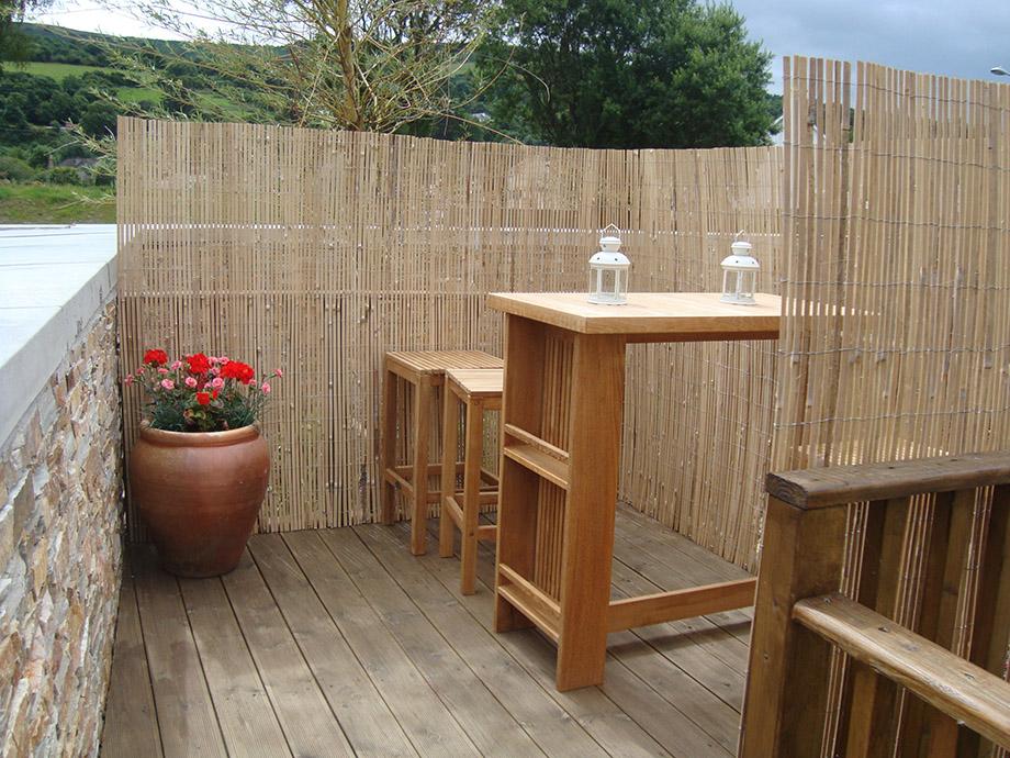 รั้วไม้ไผ่กั้นพื้นที่นั่งเล่นในสวน