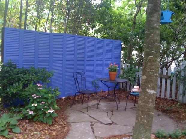 ฉากกั้นพื้นที่ส่วนตัวในสวนทำจากบานประตู