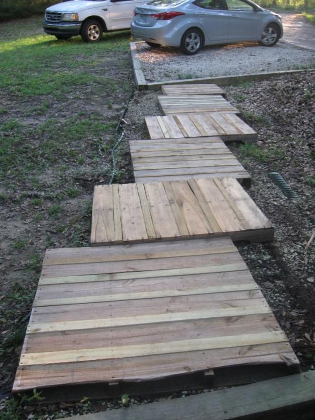 ทางเดินในสวนทำจากไม้