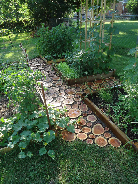 ทางเดินในสวนทำจากท่อนไม้