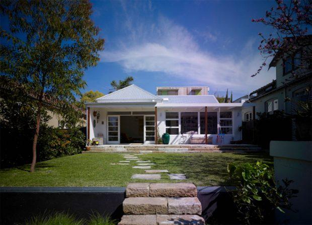 บ้านชั้นเดียวร่วมสมัยสีขาว