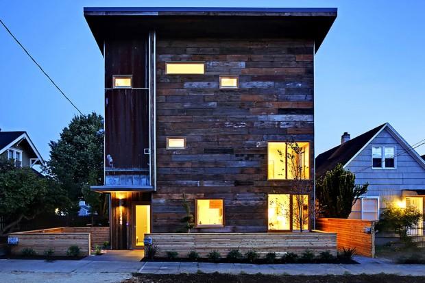 บ้านสองชั้นผนังไม้เก่าประหยัดพลังงาน