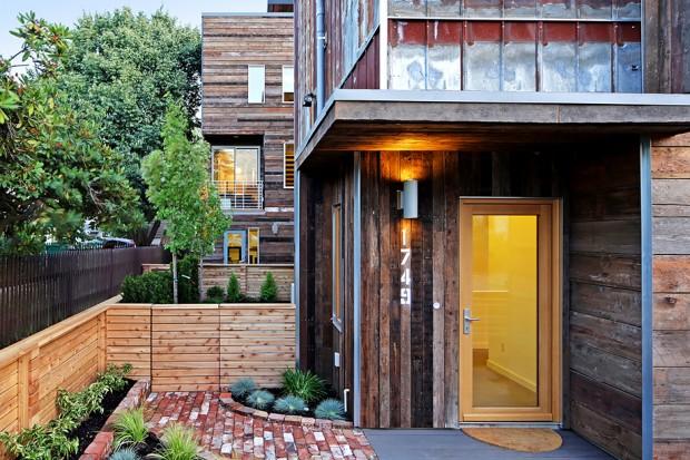 บ้านสองชั้นผนังทำจากไม้เก่าและเหล็กขึ้นสนิม