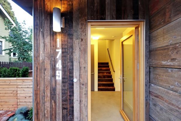 ประตูทางเข้าหน้าบ้าน