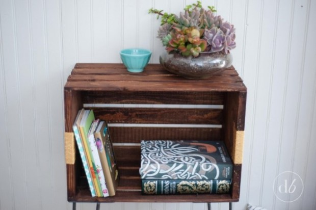 โต๊ะข้างทำจากลังไม้เล็ก ๆ